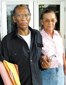 Robert Coney, 76, a free man, holding his wife's hand outside the Angelina County Jail in Lufkin, Texas/Photo:The Lufkin Daily News